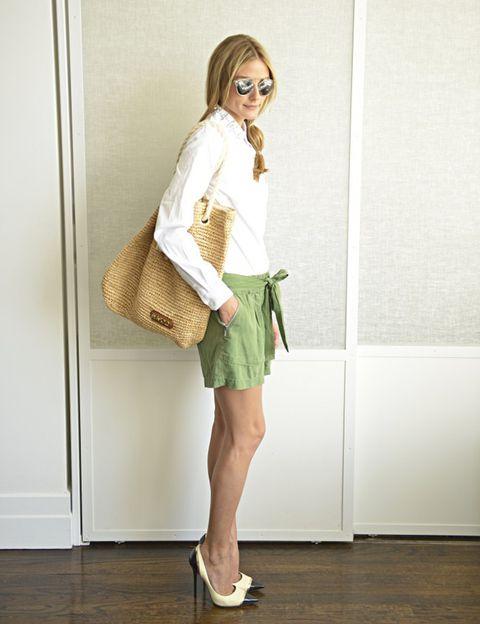 <p>Mezcla como ella dos básicos, la camisa blanca y la falda cargo; si no quieres subirte a esos 'stilettos', unas sandalias de piel marrón o unas alpargatas también te darán un 'look' natural.</p>