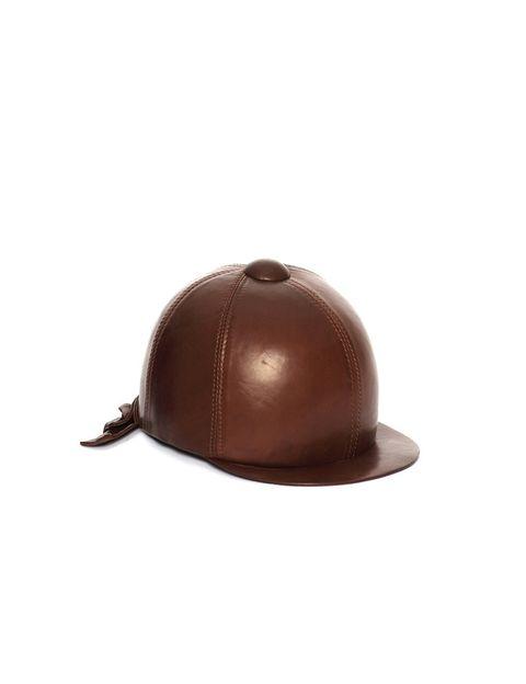 <p>Gorro de piel en tono marrón (340 €), de <strong>Ermanno Scervino.</strong></p>