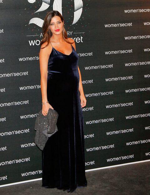 <p>La periodista acudió con un vestido largo muy especial de la colección 'Night Suits'.</p>
