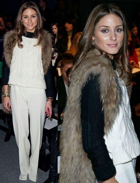 <p><strong>Olivia Palermo</strong> no se perdió el desfile de Rachel Zoe, y para la ocasión apostó por un look black & white con un espectacular chaleco de pelo.</p>