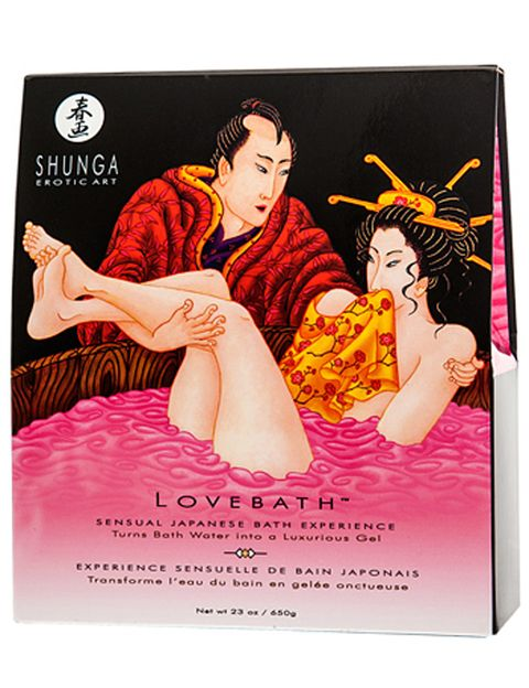 """<p>De Shunga, la marca pionera en cosmética erótica, Love Bath es <strong>un producto inspirado en el ritual sensual de &quot;los baños de amor&quot; japoneses</strong>, donde se privilegiaba la sensualidad y el erotismo. Perfecto para disfrutar de la bañera en pareja. Sólo tienes que verter el contenido del primer paquete en la bañera con agua caliente para que <strong>se convierta en un montón de perlas rellenas de agua que formarán un gel</strong> de agradable aroma. Disfruta entonces de las propiedades sensuales y terapéuticas de este gel, que <strong>exfolia e hidrata la piel, dejándola suave y sedosa</strong>. Después, echa el contenido del segundo paquete para que el agua se vuelva líquida y puedas vaciar el baño. <strong>Dónde.</strong> 19,95 € en <a href=""""http://www.condonia.com/producto/shunga-love-bath-dragon-fruit.ashx"""" target=""""_blank"""">Shunga</a>.&nbsp;</p><p>&nbsp;</p>"""