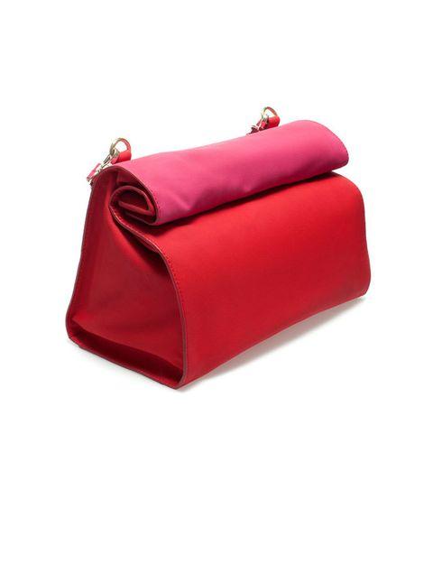 <p>Bolso bandolera que se puede llevar de mano con forma de bolsa de papel, de<strong> Zara (19,95 €)</strong></p>