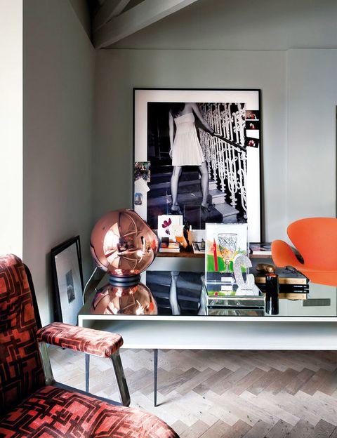 <p>Es el material de la mesa, diseñada por Palacio. Sobre ella, lámpara Copper Shade Floor, de Tom Dixon, y en naranja, la Swan Chair, de Jacobsen, editada por Fritz Hansen. La foto, de Miguel Soler Roig, en Anmoder.</p>