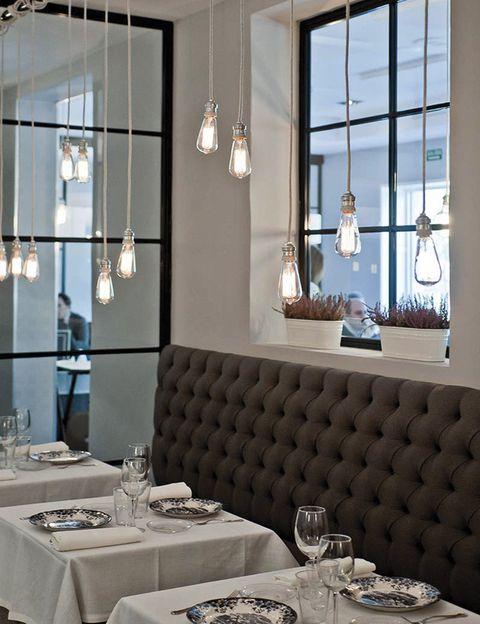<p>Cocina burguesa en un ambiente chic, con platos diseñados por el chef J. M. Ibañez (ex Jockey). Camareros vestidos de ScalperS, platos sur mesure –verdinas con bogavante–, 'fondo de armario' –canelones Rossini–, prêt- à- porter –perfectos para compartir– o 'alta costura' –como el muslo de pintada relleno de foie con salsa de trufa–. Sin duda, el sitio de moda.</p><p><strong> Castellana, 13, Madrid, tel. 913 08 29 70. Precio: 40 €.</strong></p>