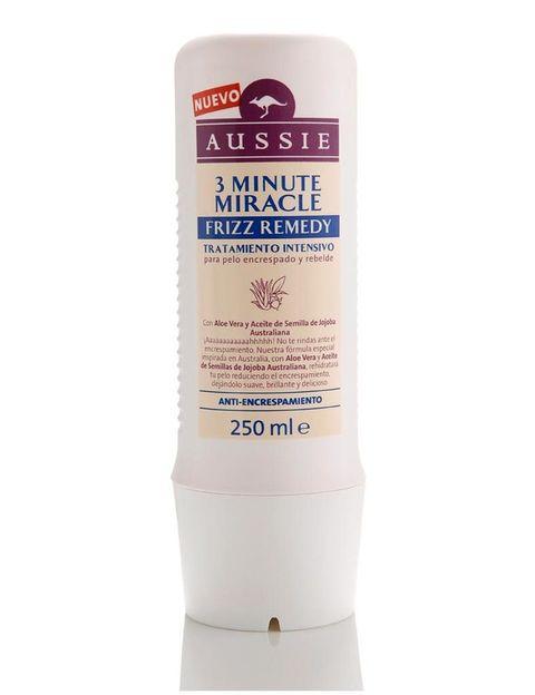 <p>'3 Minute Miracle Frizz Remedy', tratamiento intensivo que desencrespa e hidrata. De <strong>Aussie</strong> (8,49 €).</p>