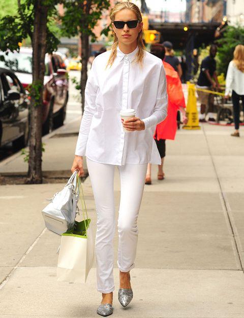 <p>Y del negro al blanco, pero en una camisa. En un look working, para combinar con vaqueros o en un outfit de noche con una falda de paillettes. <strong>Karolina Kurkova</strong> luce su camisa blanca en un estilismo bicolor.</p>