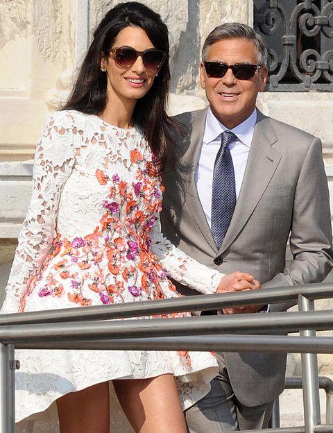 <p>George Clooney y su ya mujer Amal Alamuddin se han dejado ver así de sonrientes el día después de su boda.&nbsp;</p>