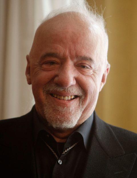 """<p>El rey indiscutible es <strong>Paulo Coelho</strong> (<a href=""""https://twitter.com/paulocoelho?lang=es"""" target=""""_blank"""">@paulocoelho</a>)&nbsp; con 10,3 millones de seguidores. El escritor brasileño llega a sus seguidores en varios idiomas y la gran base de sus tweets son sus famosas frases presentes en sus libros.</p>"""