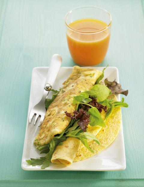 """<p>Como explica Álex Pérez, """"un brunch saludable debe estar compuesto por <strong>frutas y verduras, proteínas de fácil digestión (huevos, pescado, carene de aves), lácteos y farináceos</strong> (pan, arroz, pasta)"""". Fruta recién cortada, zumos naturales, tostadas con queso fresco o fiambre, un huevo benedictine, huevos revueltos o en tortilla, cruasanes, bollos, galletas, crepes… en el brunch <strong>puedes tomar un poco de todo y permitirte dulces, pero siempre sanos</strong>, vigilando las calorías y repartiendo bien la ingesta calórica del día: """"el 40% en el brunch, un 20-30% en la segunda ingesta y, por último, dejar el 15-20% restante para final del día"""", recomienda el nutricionista de <a href=""""http://www.go-fit.es/"""" target=""""_blank"""">Go Fit</a>.</p><p></p>"""