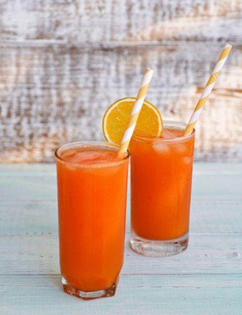 """<p>&quot;Aunque la ingesta de alimentos antioxidantes debe realizarse durante todo el año, esta <strong>debe incrementarse durante los meses de verano</strong>, ya que neutralizan la acción de los radicales libres que produce el sol en la piel"""", afirma la experta de Nutricion Center. """"La principal fuente de antioxidantes es la fruta y las verduras, que no deben faltar nunca en una dieta equilibrada"""". """"La hidratación también es <strong>fundamental para mantener en buen estado la piel</strong>, sobre todo con la llegada del calor, por lo que es necesario tomar de dos a dos litros y medio de agua para mantener el cuerpo y la piel perfectamente hidratados"""", añade.</p><p>&nbsp;</p>"""