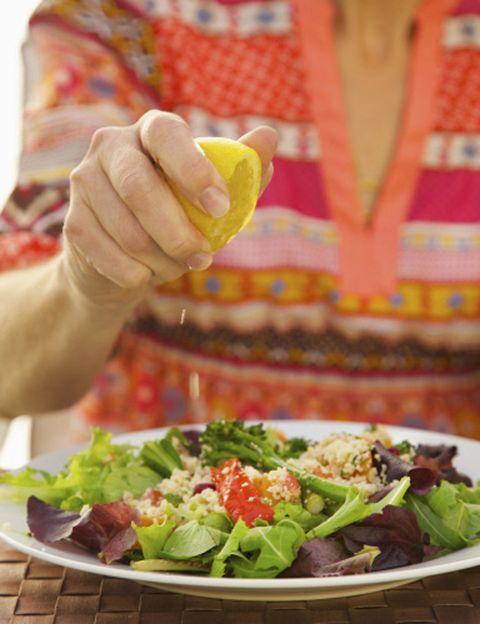 """<p>""""La clave para mejorar nuestro cuerpo está en la voluntad y la disciplina, algo de actividad física, y en la aplicación de los principios de la Ritmonutrición, que consiste en <strong>adaptar los hábitos alimentarios a nuestras necesidades</strong>, comiendo lo que se necesita en cada momento del día"""", afirma el doctor Carlos Jarne, experto de los &nbsp;Laboratorios <a href=""""http://www.ysonut.es/"""" target=""""_blank"""">Ysonut</a>. """"Los resultados que persigue la denominada 'Operación Bikini' se pueden lograr gracias a la Micronutrición aplicada <strong>durante 2 o 3 meses más un protocolo de suplementos</strong> que actúen sobre el metabolismo de grasas y azúcares, favoreciendo las funciones de depuración y eliminación del organismo"""", añade. Entre los suplementos que proponen los expertos de Ysonut están el <strong>cromo y el zinc (mejoran el funcionamiento de los metabolismos energéticos</strong> relacionados con grasas y azúcares) y plantas que favorecen el drenaje de toxinas y metabolitos no digeridos.&nbsp;</p><p>&nbsp;</p>"""