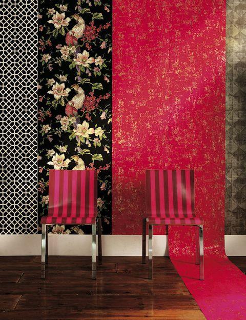 <p><strong>Black & white.</strong> Papel Trissino-Noir, de la colección Contarini, de Designers Guild, 119 €, en Usera Usera.</p><p><strong>Print floral.</strong> Colección Lavender Dream, 104,42 €, en Coordonné.</p><p><strong>Total red.</strong> Modelo Rasseto Scraleet, de la colección Alexandria, de Designers Guild, 96 €, en Usera Usera.</p><p><strong>Con rombos.</strong> En 8,20x0,68 m, modelo Meteores, 150 €, de Nobilis.</p><p><strong>A rayas.</strong> Sillas metálicas, 295 €/cu, en Usera Usera.</p>