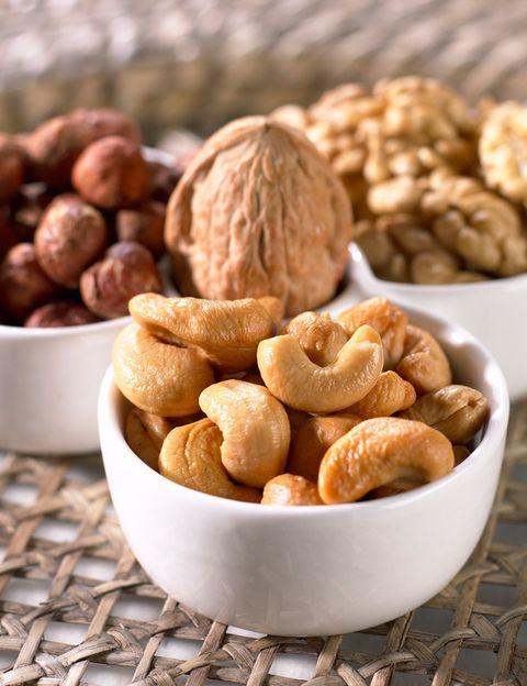 """<p>""""Los frutos secos proporcionan <strong>los nutrientes indispensables para mantener una piel bien estructurada y tersa</strong>"""", dice la nutricionista y directora de <a href=""""http://www.gobalance.es/"""" target=""""_blank"""">Go Balance</a> Verónica Chazín. """"Contienen vitamina E, un antioxidante que neutraliza la acción dañina de los radicales libres vitaminas del grupo B, que <strong>ayuda al proceso de renovación de las células</strong>, y riboflavina o vitamina B2, que ayuda a controlar la secreción de grasa en el cutis"""", dice. """"Los frutos secos ayudan a <strong>reducir la oxidación celular y el envejecimiento de la piel</strong>, por lo que junto con las frutas y verduras son imprescindibles en una dieta sana y beneficiosa para tu piel"""".</p><p></p>"""