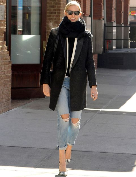 <p>Todo un acierto este estilismo de calle de la modelo<strong>Karolina Kurkova</strong> con abrigo básico en negro, vaqueros boyfriend y salones de print en zig zag.</p>
