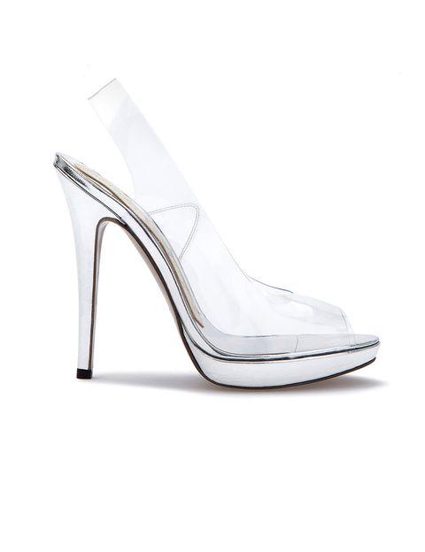 """<p>Los zapatos los firma Magrit, una marca 100% española, una de las de cabecera de la Reina. Es el <a href=""""http://www.magrit.es/es-ES/silvinaplata-250"""" target=""""_blank"""">modelo Silvina</a>, con un tacón de 11,5 centímetros, vinilo y plata, cuestan 250 €.</p>"""