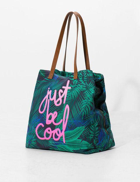 <p>Con estampado tropical y frase en rosa (22,99 €).</p>