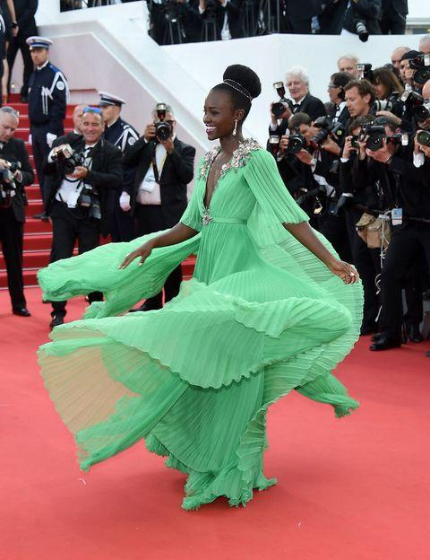 <p>En el Festival de Cannes 2015 nos dejó realmente atónitos con un vestido verde claro tableado con muchísimo vuelo con falda de varias capas, escote de pico hasta la cintura y apliques joya en los hombros y cuellos. Espectacular como siempre con un modelo de <strong>Gucci</strong> y&nbsp&#x3B;joyas de<strong> Chopard.</strong></p>