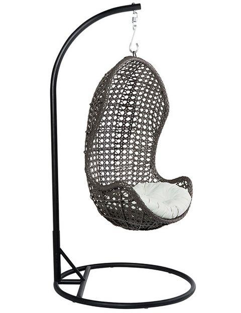 <p>¿Te imaginas escuchar música aquí sentada? Disfruta de este columpio de una plaza, realizado en fibra sintética con estructura de sujeción en hierro y aluminio (299 €).</p>