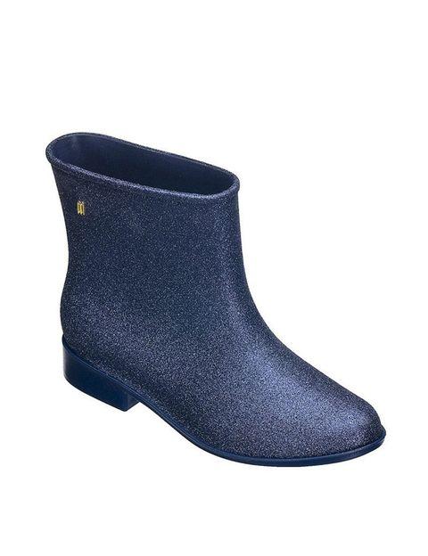 <p>Nos encantan estas botas de caña baja en tono azul brillante de <strong>Melissa</strong> (92 €).</p>