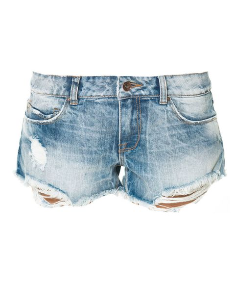 <p>Shorts desgastados con hilos en la parte inferior, de <strong>Zara</strong> (19,95 €).</p>