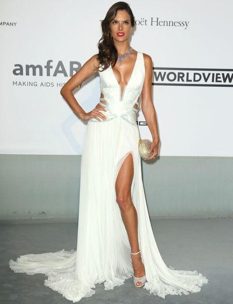 <p>De blanco y muy sexy la modelo <strong>Alessandra Ambrosio</strong> con un vaporoso vestido de tirantes con aberturas laterales de <strong>Roberto Cavalli</strong>, sandalias de <strong>Jimmy Choo</strong>, clutch glitter y joyas de <strong>Chopard</strong>.</p>