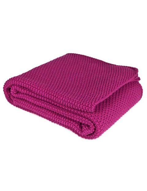 <p>Manta de punto con tacto de granitos, en tono violeta intenso. De<strong> Zara Home</strong> (59,99 €).</p>