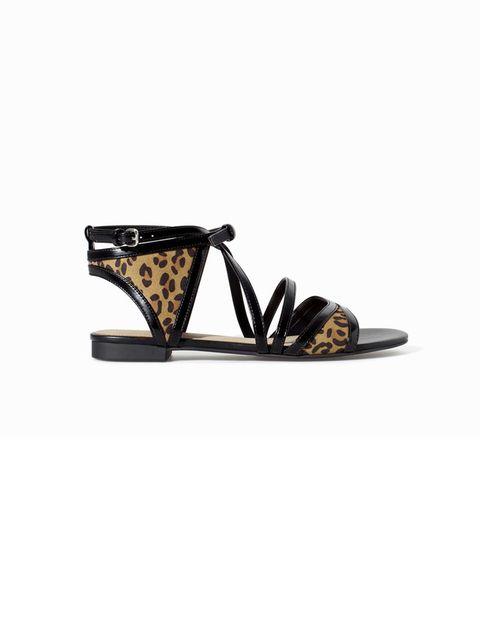 <p>Sandalia abotinada con animal print de Zara, 19,95 €.</p>