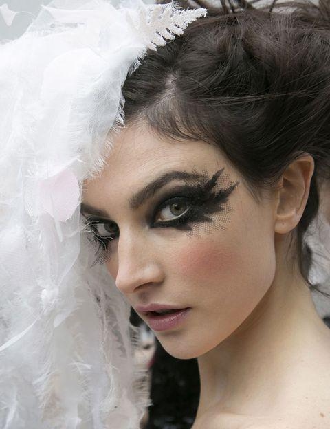 <p><strong>Chanel</strong> escoge una apuesta muy teatral, con los ojos maquillados a modo de máscara negra. El look final se dulcifica gracias a las mejillas y los labios rosas.</p>
