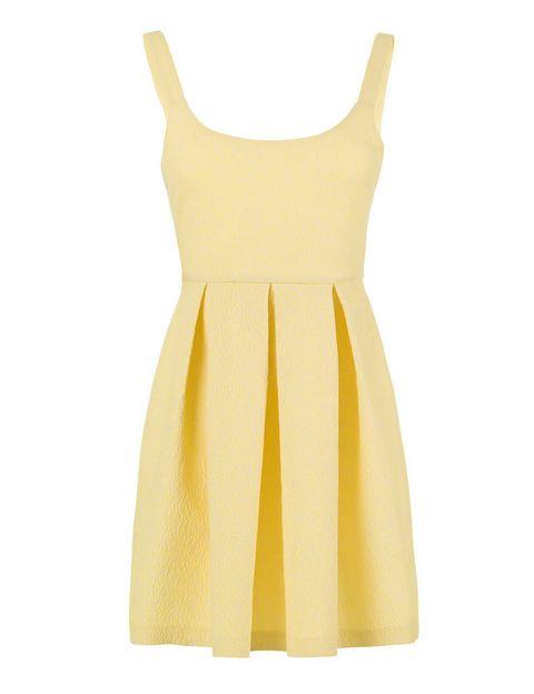 <p>Vestido 'lady' en tono amarillo de tirantes, perfecto para llevar este verano con cuñas. De <strong>Zara</strong>.</p>