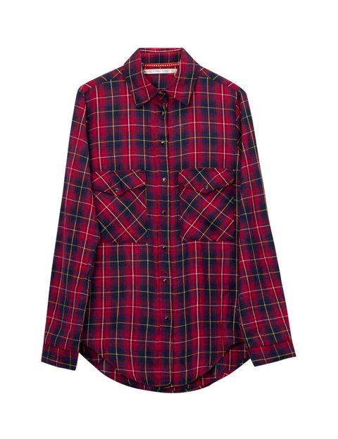 <p>Camisa de cuadros roja y negra <strong>de Stradivarius, 19,95 €.</strong></p>