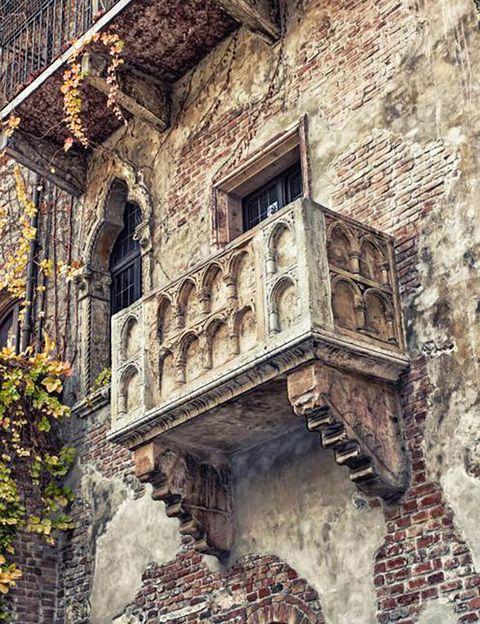 """<p>¿Puede haber algo más romántico que pasar San Valentín en Verona y visitar el balcón donde Romeo se declaró a su amada Julieta? Pues sí, poder realizar la visita a dicho balcón en privado. La agencia de viajes <a href=""""http://www.sociedadhistorica.com/romeoyjulieta.php"""" target=""""_blank"""">Histórica</a>, especializada en experiencias fuera de lo común, ofrece una escapada que incluye dos noches de hotel, traslados, el acceso en privado al balcón de Julieta en la Casa de los Capuleto y una cena romántica de gala el sábado por la noche.</p>"""