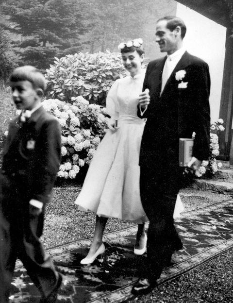 <p>Para su primera boda, celebrada en 1954 con el actor Mel Ferrer, Audrey Hepburn, eligió un vestido de Balmain de largo medio, de falda de vuelo, con un pequeño fajín en la cintura y abotonado en el pecho.</p>