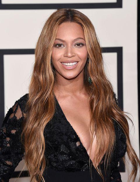 <p>Una de las amigas de Gwyneth, <strong>Beyoncé</strong>, tampoco se libra de las dietas extrañas y poco (o nada) saludables. Para preparar su papel en la película 'Dreamgirls', la cantante se ayudó del método Master Cleanse, un régimen estricto que consiste en tomar agua con limón y sirope de arce. Y nada más. Los efectos adversos que esta ¿dieta? puede causar son, por supuesto, numerosos: mareos, fatiga, naúseas, pérdida de tono muscular... </p>