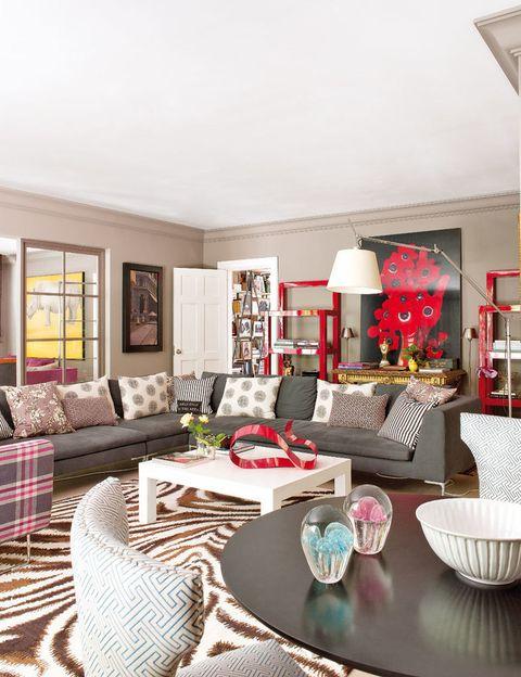 <p>En el salón principal, sofá, de Cassina; cojines, de In Dietro, y alfombra <i>Funky Zebra,</i> de The Rug Company. En primer plano, silla de In Dietro con tela de Dedar.</p>