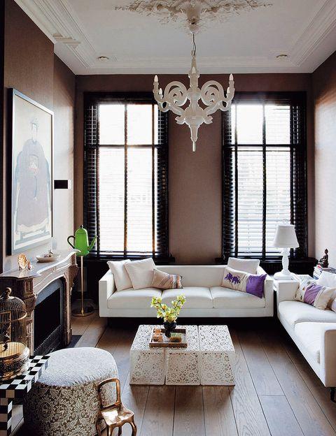 <p>En el salón, la chimenea decimonónica convive con la<i> Coffeepot lamp</i>, de Studio Job para Venini, la lámpara <i>Paper&nbsp;</i>Chandelier, de Studio Job, los sofás<i> Boutique</i> y la mesa <i>Crochet</i>, ambos de M. Wanders. Todo para Moooi.</p>