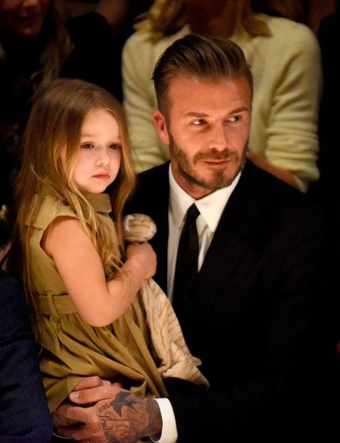 <p>Una de sus últimas apariciones fue en el desfile de Burberry &quot;London in Los Angeles&quot;, donde le vimos con su hija Harper, muy elegante con un traje de chaqueta negro y camisa blanca.</p>