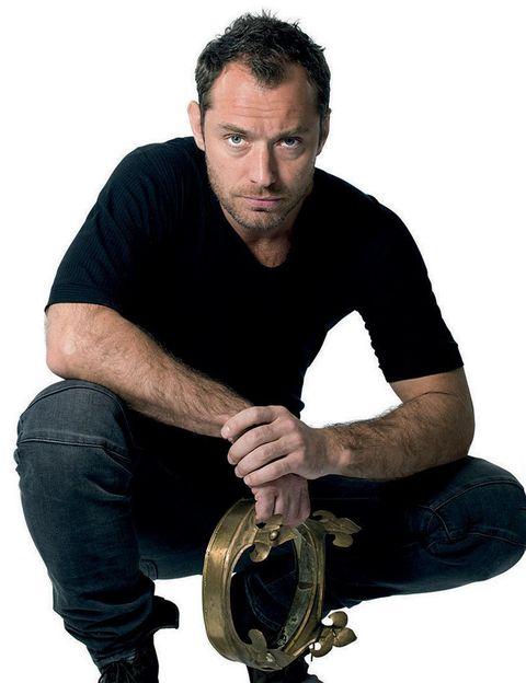 <p>... y disfruta de Jude Law en vivo y en directo. Porque el actor se sube al teatro Noël Coward para ponerse la corona de Enrique V. Todo un conquistador que deja la vida disipada y se convierte en un héroe. Palabra del autor, William Shakespeare. </p>
