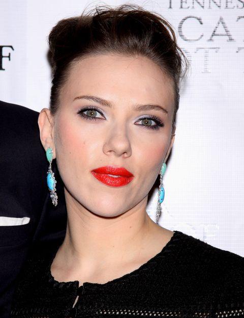 <p><strong>Scarlett Johansson</strong> no tiene miedo a combinar el suave tono malva de su sombra de ojos con un potente toque de rojo en los labios.&nbsp;</p>