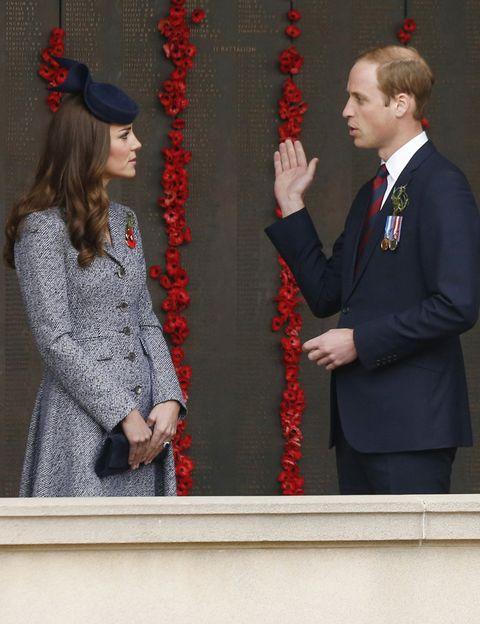 <p>En su visita al Australian War Memorial, Kate lució un abrigo gris de espiga de <strong>Emilia Wickstead</strong>&nbsp;con un tocado azul navy de <strong>Jonathan Howard</strong>&nbsp;y clutch a juego de <strong>Russell and Bromley</strong>.</p>