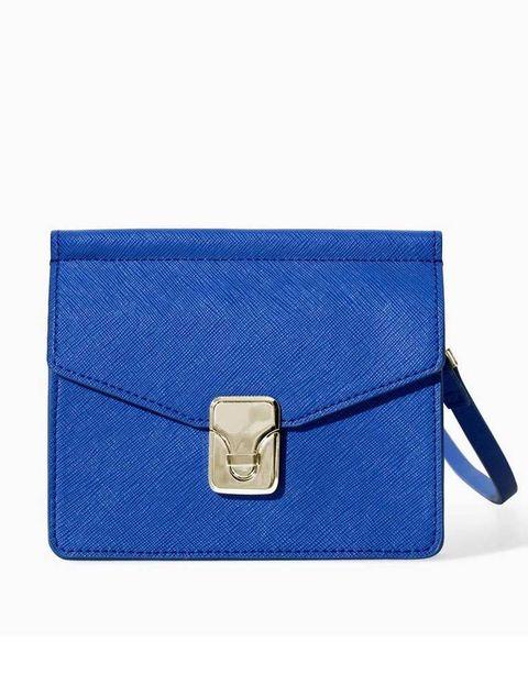 <p>En tamaño mini y color azul klein, de <strong>Zara</strong> (17,95 €).</p>