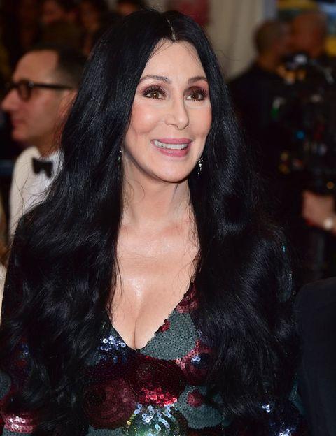 <p> <strong> Cher </strong>, seguindo as mesmas linhas de escolha de Madonna, encurtou o nome dela para um apelido curto de uma palavra. Seu sobrenome paterno é de origem armênia. & Nbsp; </p>
