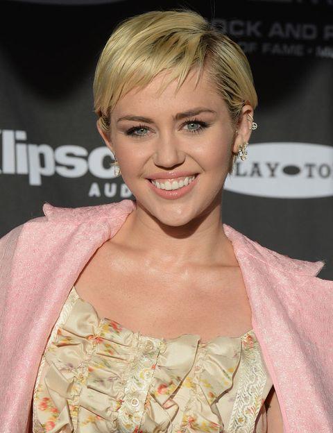 <p> Seus pais a chamaram assim porque acreditavam que ela alcançaria grandes objetivos na vida, e eles não estavam errados. Ela é uma cantora de sucesso hoje e mudou seu nome para <strong> Miley </strong> porque ela foi apelidada de 'Smiley' desde que ela era pequena por causa de seu sorriso permanente. & Nbsp; </p>