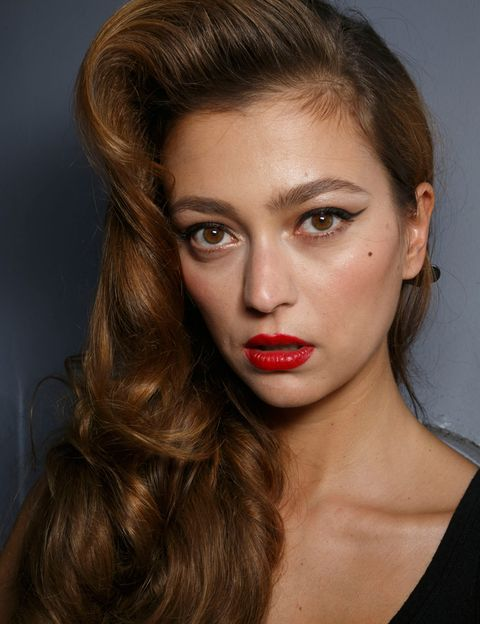 <p>El 'glamour' vuelve temporada tras temporada: este look de labios rojos + melena con volumen + delineador es un clásico perfecto para lucir sofisticación. Palabra de <strong>Jean Paul Gaultier</strong>.</p>