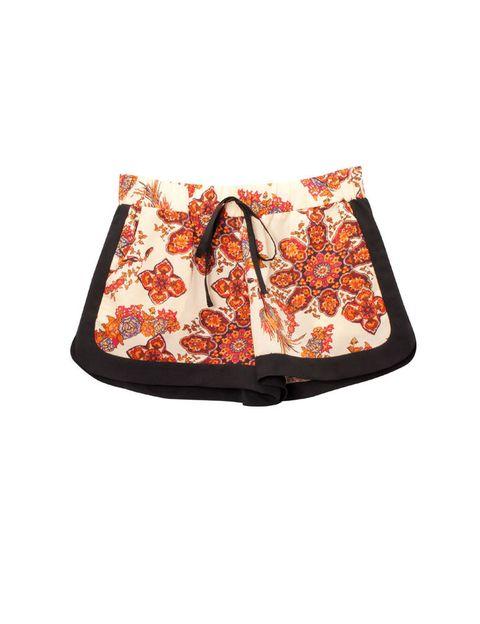 <p>Shorts de corte sport de flores, de<strong>&nbsp;Stradivarius</strong>, 17,99 €.</p>