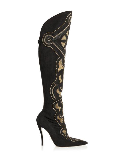 <p>Es bastante posible que <strong>Nancy Sinatra</strong> cantase eso de 'These Boots are Made for Walking' refiriéndose a estas botas de <strong>Versace</strong>. En ante, con ámbar bordado y cadenas de oro, son todo un 'must' (3.350 €).&nbsp;</p>