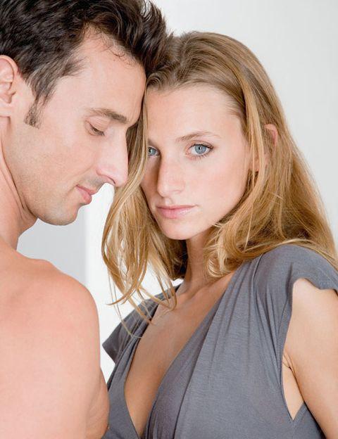 """<p><strong>El aspecto físico, el sex-appeal o las habilidades físicas están sobrevalorados</strong> por la mayoría del agente, ya que no son en absoluto los responsables de hacernos atractivos sexualmente o de proporcionarnos placer. Como recalcan desde la Asociación Española de Psicología Clínica Conductivo Conductual (AEPCCC), <strong>""""el principal órganos sexual es el cerebro""""</strong>, el único capaz de hacernos disfrutar de una sexualidad plena. Si hasta ahora pensabas que los genitales, la boca, los senos, las orejas, el cuello y el trasero eran los principales puntos erógenos del cuerpo, te equivocabas y estabas poniéndole muchos límites a tu disfrute sexual: <strong>todo nuestro cuerpo puede ser un punto G </strong>si consigues conectarlo con tu mente.</p>"""