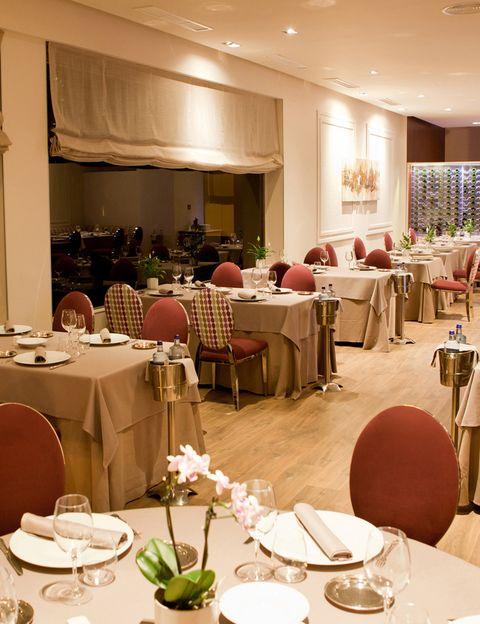 """<p>Aún es pronto, pero los chefs más avispados ya han conseguido los primeros hongos de la temporada. Es el caso de <a href=""""http://www.pedrolarumbe.com/restaurantes/pedro-larumbe/"""" target=""""_blank""""><strong>Pedro Larumbe,</strong></a> al que ya le han traído las setas tempraneras del norte de España, y las ofrece en su restaurante <strong>El 38 de Larumbe</strong> (Paseo de la Castellana, 38. Madrid). Nosotros hemos tenido la suerte de probar sus rebozuelos y boletus con huevo asado a baja temperatura y esencia de jamón, un bocado exquisito que te recomendamos si eres fan de las setas. Bueno, y si no también porque empezarás a serlo. Para continuar, haznos caso y déjate conquistar por los lingotes de pez mantequilla si eres más de pescado, o por el ravioli de de pato y foie si te apetece carne. Acertarás en ambos casos.</p>"""