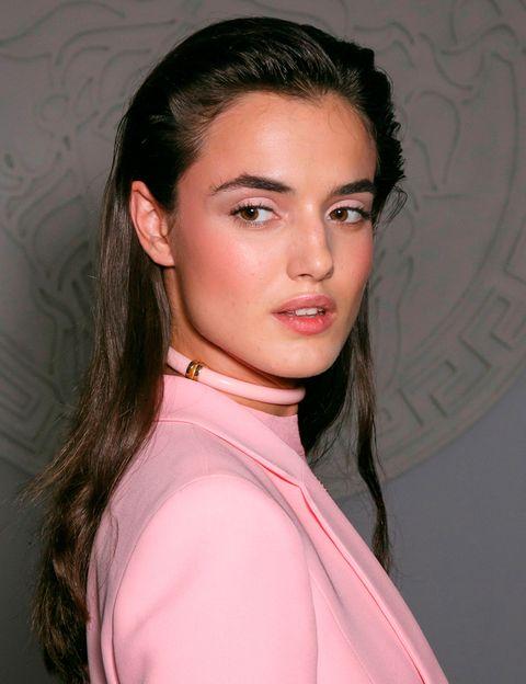 <p>Los tonos rosas inundan labios y párpados en el look de <strong>Versace</strong>, De la misma manera, los pómulos se marcan en rosa haciendo una forma de media luna hacia la sien.</p>