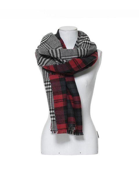 <p>Una bufanda perfecta para las que quieren lucir tendencia sin pasarse. Por un lado cuadro inglés, y por otra tartán.<strong>Es de Zara (19,95 €).</strong></p>