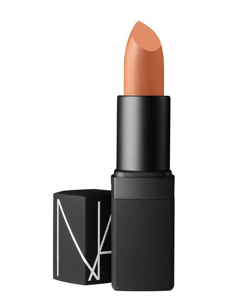 <p>Translúcida, de larga duración, con pigmentos que reflejan la luz... Estas características hacen de la barra '<strong>Belle de Jour</strong>' de <strong>Nars</strong>, <strong>el nude perfecto</strong> (26,65€).&nbsp;</p>